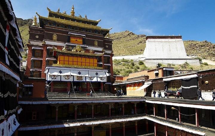 court yard of Tashi Lhunpo monastery. Tibet