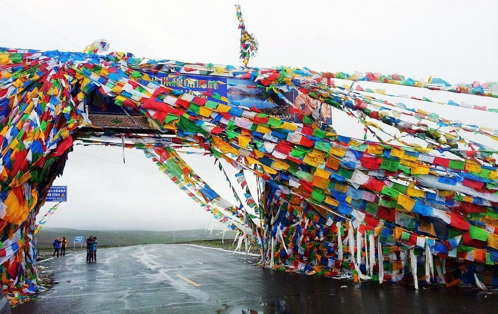 gate at the mountian pass near Everest in Tibet, How to go to Tibet?